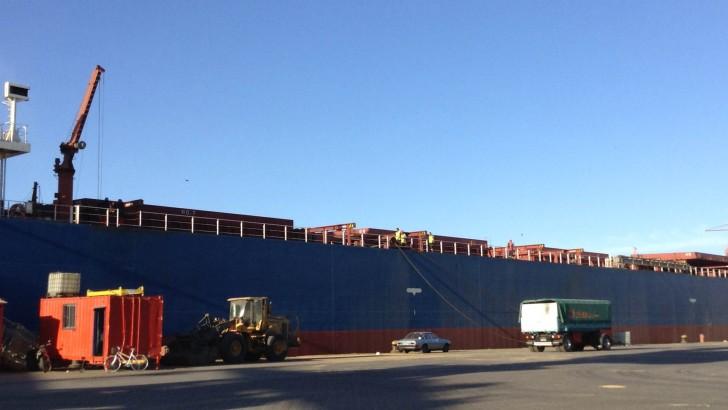 Un puerto que arde: soja, contenedores, calamares y aerogeneradores
