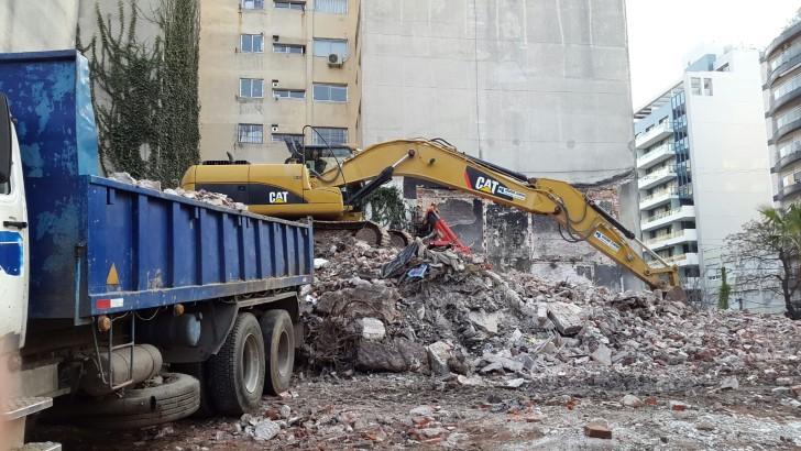 Demolieron casas abandonadas en Villa Biarritz