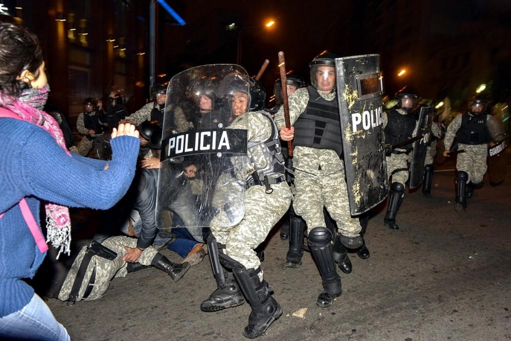 Represión a la ocupación estudiantil del CODICEN. Foto: Santiago Mazzarovich/adhocFotos