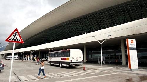 <em>Aeropuerto de Carrasco</em><br>¿Por qué un grupo de pasajeros debió bajar frente a la vieja terminal?