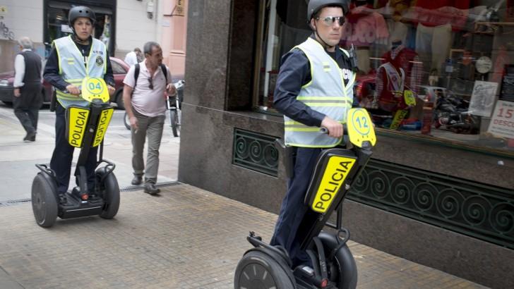 <em>En Plaza Independencia</em><br>Turista accidentada fue socorrida por la policía gracias a cámaras de seguridad