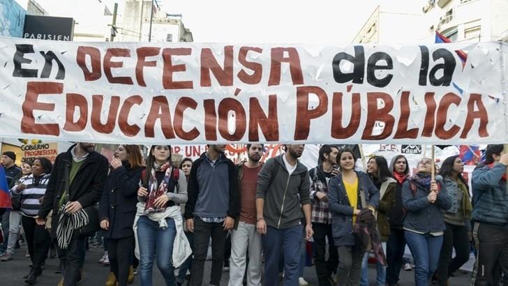 <em>Comienzo de clases</em><br>Docentes ocupan sede del Codicen en calle Río Negro