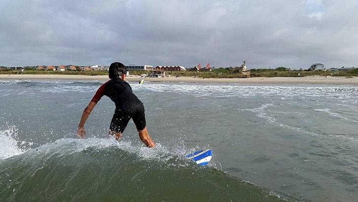 Subirse a la ola: Los encantos del surf