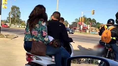 Motos sobrecargadas en Ciudad de la Costa