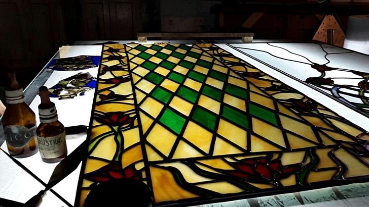 Un taller de restauración de vitrales con técnica tradicional