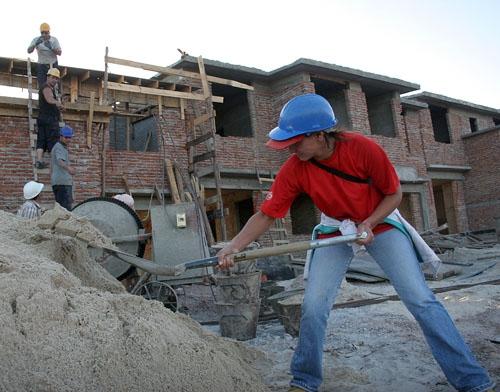 Desempleo bajó levemente en mayo pero se mantiene en torno a 8 % en lo que va del año
