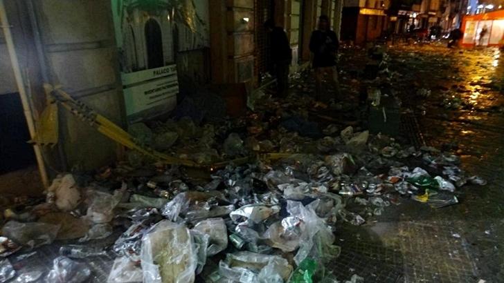 """""""Montañas de basura"""" en Ciudad Vieja después de festejos de nuevos médicos"""