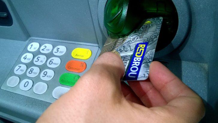 ¿Cuánto se usa la tarjeta de débito para hacer compras en Uruguay?