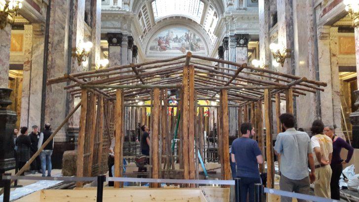 En el Salón de los Pasos Perdidos se comenzó a instalar la Bienal de Montevideo