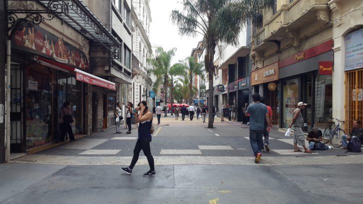 """¿Cuál es la situación de los """"manteros"""" que fueron desalojados de la Peatonal Sarandí?"""