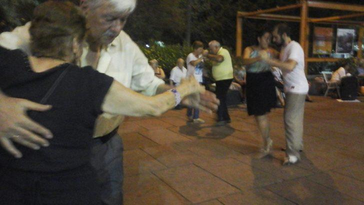 La Plaza Fabini en Carnaval: iluminación especial, tango y mucha gente