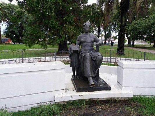 Plaza Lafone: Decapitaron figura de niña en monumento a la maestra