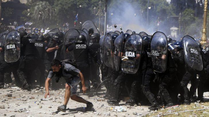 Protestas en Buenos Aires: «Hubo incidentes muy graves, con 80 policías y 70 civiles heridos», dice corresponsal