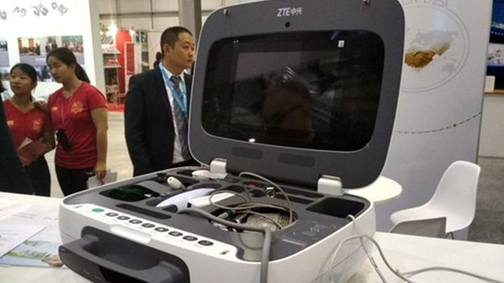 La empresa china ZTE presenta una valija para controles médicos remotos