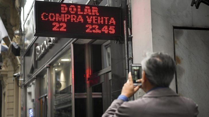 Suba del dólar en Argentina puede provocar aumento de inflación y caída del turismo en Uruguay