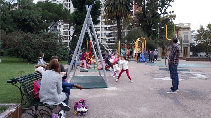 Instalación de juegos infantiles inclusivos en la Plaza Varela