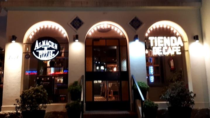 Almacén de Pizzas y Tienda de Café en Carrasco