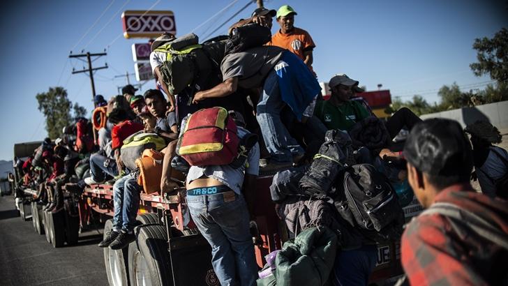 Flujo de migrantes que transitan por México hacia EEUU se redujo 40%