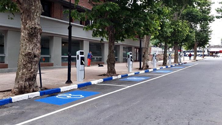 Se inauguraron en Montevideo seis puestos para carga de automóviles eléctricos