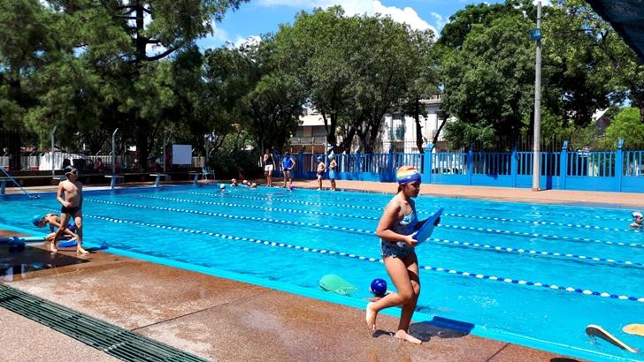 Programa <em>Tirate al Agua</em> desde la renovada Plaza de Deportes nº6 en La Teja