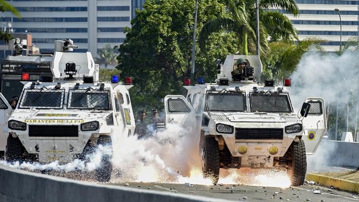 Rebelión militar en respaldo a Guaidó sin suficiente apoyo para deponer a Maduro