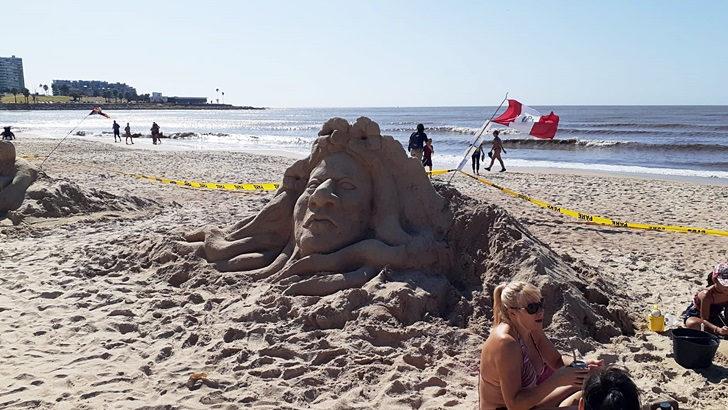 <em>Los ojos de la radio</em>: Se está desarrollando en la Playa Pocitos una jornada internacional de esculturas de arena