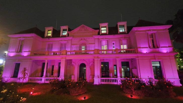 Hospital Británico iluminado de rosa para sensibilizar sobre el cáncer de mama