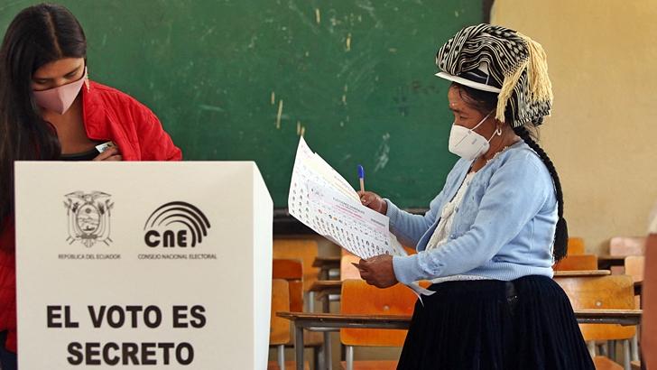 Elecciones en Ecuador: Resultados primarios inconclusos y desafíos para el próximo presidente