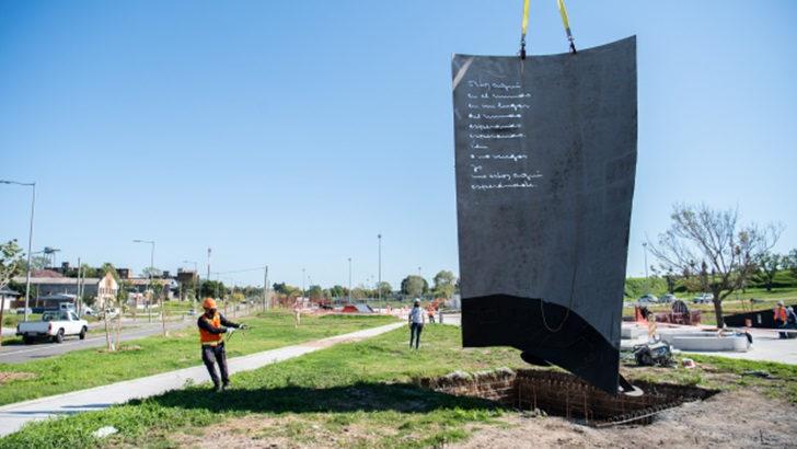 <em>Los ojos de la radio</em>: En el Parque Idea Vilariño se instaló una escultura dedicada a la escritora