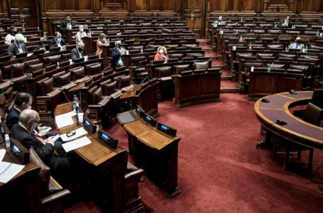 20210318/ Javier Calvelo – adhocFOTOS/ URUGUAY/ MONTEVIDEO/ Palacio Legislativo/ Cámara de Senadores se reune en la sala de Diputados (para tener más espacio debido a la pandemia de Covid 19) afin de considerar una ley que brinde apoyo a las Pymes (Pequeñas y Medianas Empresas) y otra ley que limite nuevamente el derecho de reunión. En la foto:  Durante el tratamiento, en el Senado, de Ley de apoyo a las Pymes, en cámara de Diputados en el Palacio Legislativo en Montevideo. Foto: Javier Calvelo / adhocFOTOS