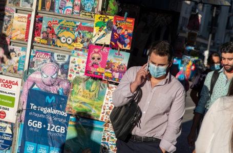 20210224 / URUGUAY / MONTEVIDEO / Av. 18 de julio. En la foto: Hombre con celular y tapabocas en Av. 18 de julio.. Foto: Ricardo Antúnez / adhocFOTOS
