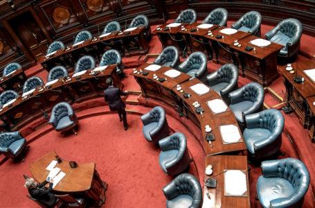 """20201218/ Javier Calvelo – adhocFOTOS/ URUGUAY/ MONTEVIDEO/ Cámara de Senadores se reune en sesión extraordinaria para votar sobre un proyecto de ley que envió el gobierno al Parlamento para limitar el derecho de reunión. """"Limítase transitoriamente, y por razones de interés general, el derecho de reunión consagrado por el artículo 38 de la Constitución"""", comienza señalando el artículo 1° del proyecto de ley.  El Art 38 de la Constitucion de la República establece: Queda garantido el derecho de reunión pacífica y sin armas. El ejercicio de este derecho no podrá ser desconocido por ninguna autoridad de la República sino en virtud de una ley y solamente en cuanto se oponga a la salud, la seguridad y el orden públicos.  En la foto:  Durante la sesión para limitar el articulo 38 de la Constitucion de la República en la Cámara de Senadores del Palacio Legislativo. Foto: Javier Calvelo / adhocFOTOS"""