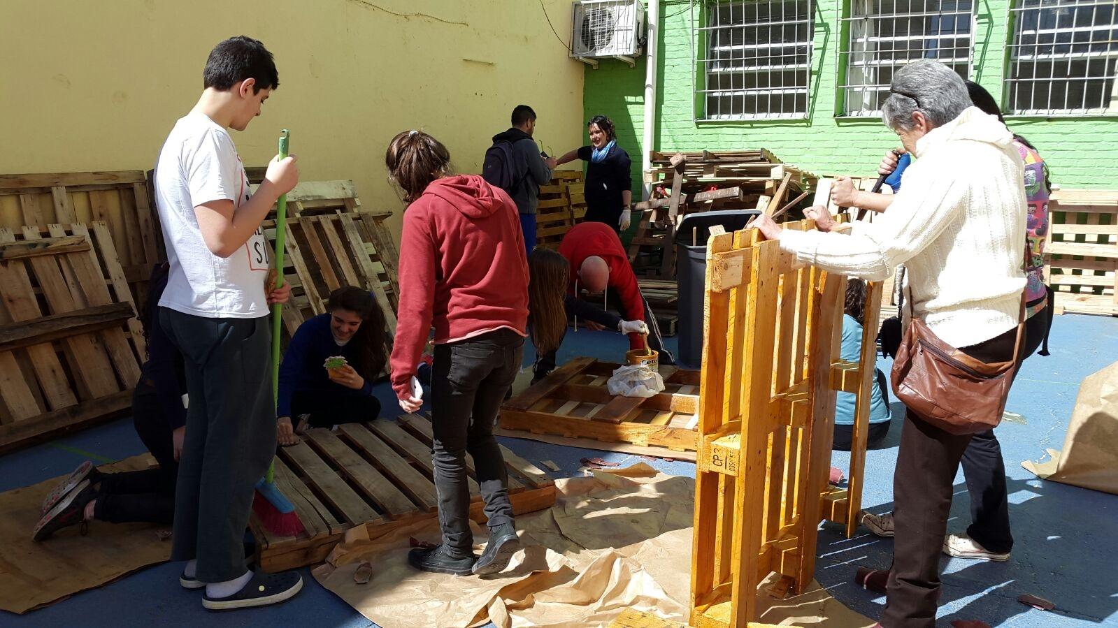 Liceales construyeron camas para damnificados por las inundaciones