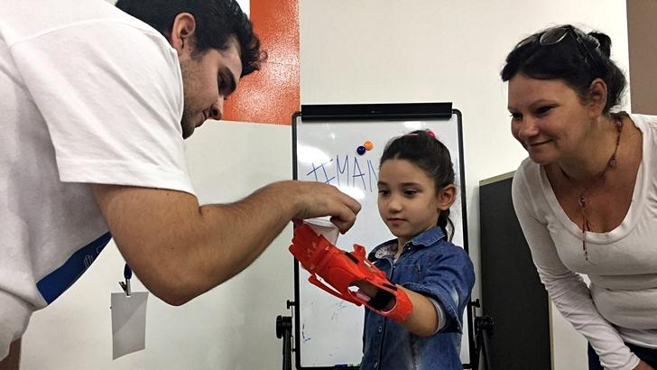 ManotónNiños y jóvenes uruguayos recibieron prótesis fabricadas con impresoras 3D