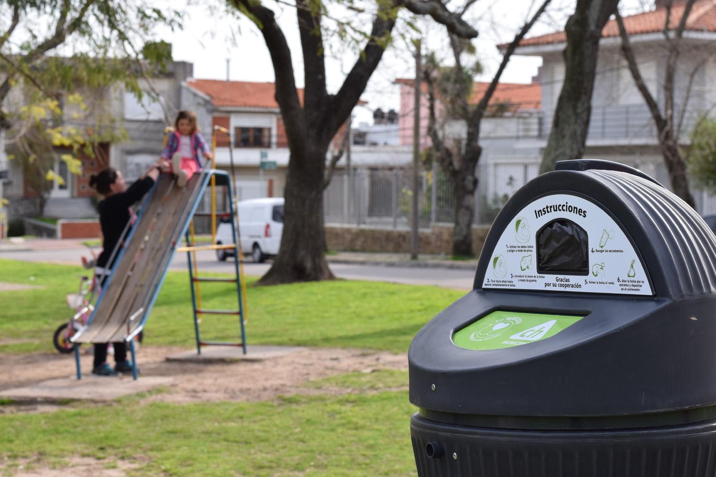 Instalan contenedores para desechos de perros