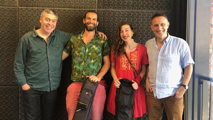 Un mate con los músicos Patricia Robaina y Matías Romero (La Canoa T02P165)