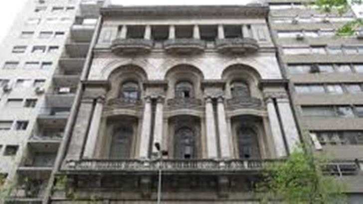 Paisaje: El edificio del Jockey Club en el centro de Montevideo (La Canoa T02P166)