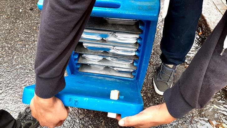Los ojos de la radio: Así es la entrega de bandejas con comida en escuelas durante la suspensión de clases