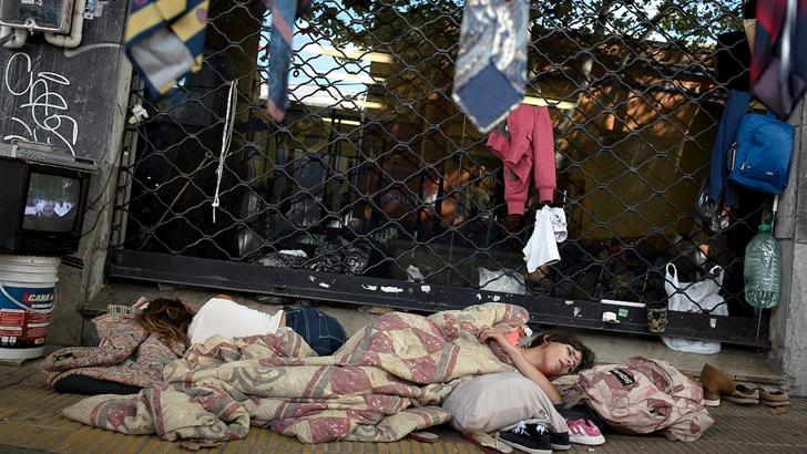 20200324 / URUGUAY / MONTEVIDEO / Coronavirus en Uruguay. En la foto: Dos mujeres duermen en la calle en el centro de Montevideo. El gobierno solicitó a la población aislarse en sus casas para minimizar la propagación del virus. Foto: Ricardo Antúnez / adhocFOTOS