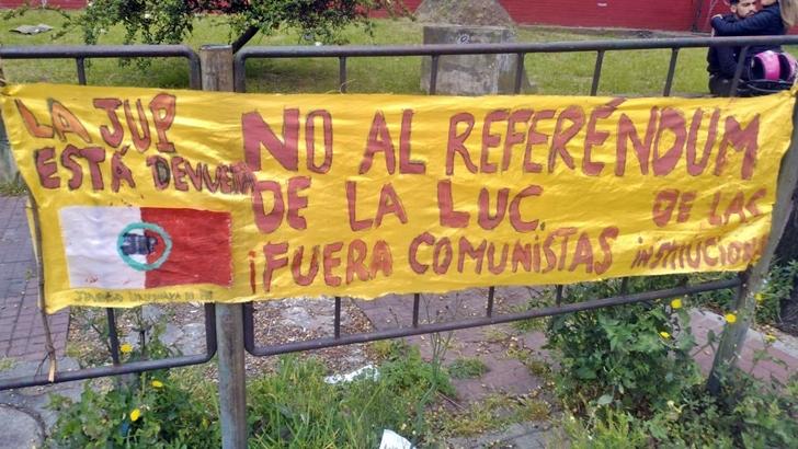 Aparecieron dos carteles que dicen: «La JUP (Juventud Uruguaya de Pie) está de vuelta»