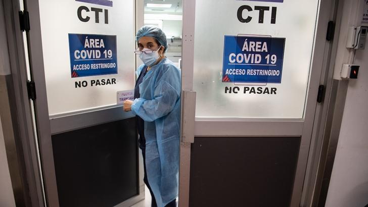 20210419 /URUGUAY / MONTEVIDEO / En uno de los peores momentos de la pandemia por COVID-19 en Uruguay, médicos, médicas, enfermeros y enfermeras y trabajadores de la salud, están trabajando al borde del colapso sanitario en los hospitales y todos los niveles de la salud.  Estas fotografías fueron tomadas en el Centro de Tratamientos Intensivos (CTI) Azul del Centro Asistencial del Sindicato Médico del Uruguay (CASMU), ubicado en 8 de Octubre y Abreu. En ese sanatorio funcionan varios CTI, y salas de block quirúrgico fueron adaptadas para poder funcionar también como CTI. La ocupación de camas de CTI está al borde de su capacidad.  En la foto: CTI azul del CASMU para pacientes con Covid-19. Foto: Santiago Mazzarovich / adhocFOTOS