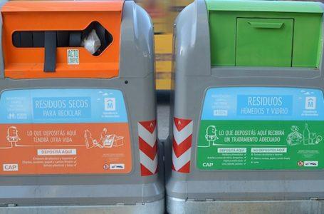 URUGUAY/MONTEVIDEO/ Nuevos contenedores para reciclar basura instalados en la Ciudad Vieja. En la foto: Contenedores para reciclar en la Ciudad Vieja. Foto: Pablo Vignali / adhocfotos 2014-07-03 día jueves adhocFOTOS